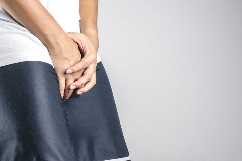 what causes testicular pain