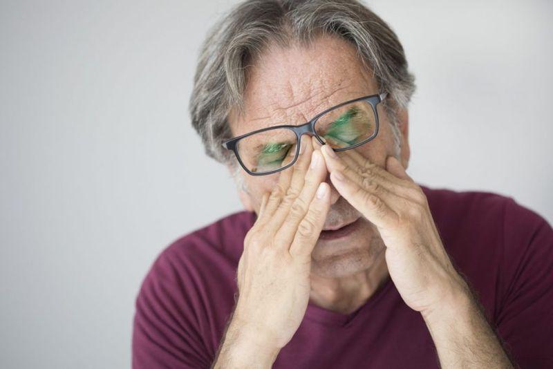 symptoms of proptosis