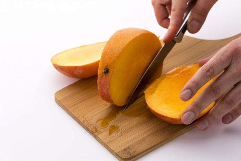 pitting the mango mangoes