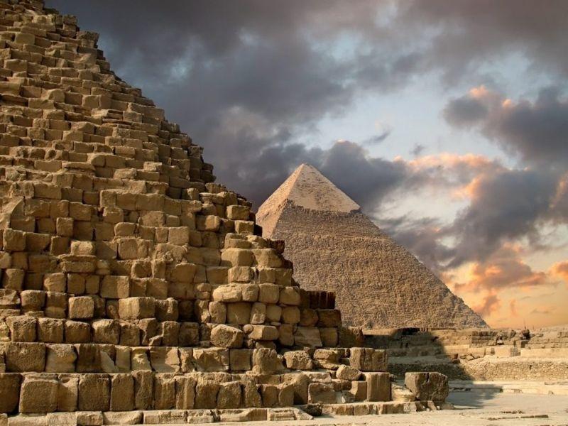 Pyramids of Giza structure