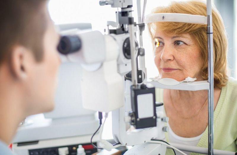 woman ophthalmologist exam