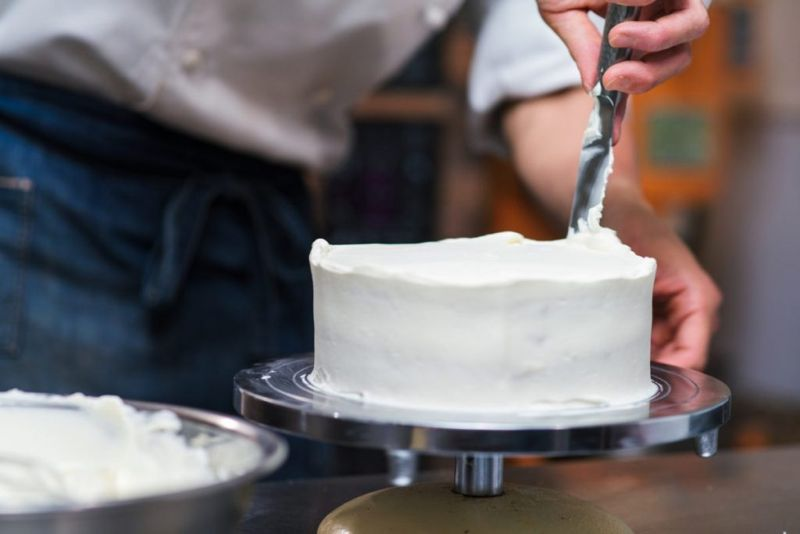 decorate ice red velvet cake