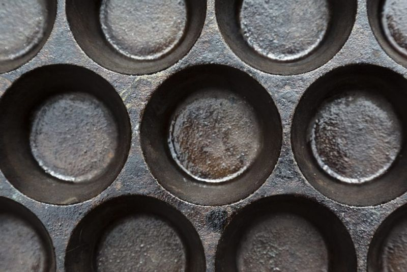 oiled cast iron for seasoning