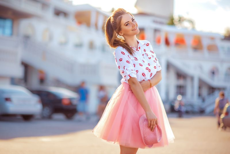 Fashion lifestyle portrait of young happy pretty woman
