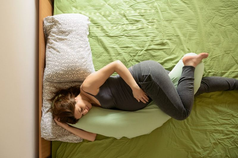 pregnant woman sleeping pillow legs
