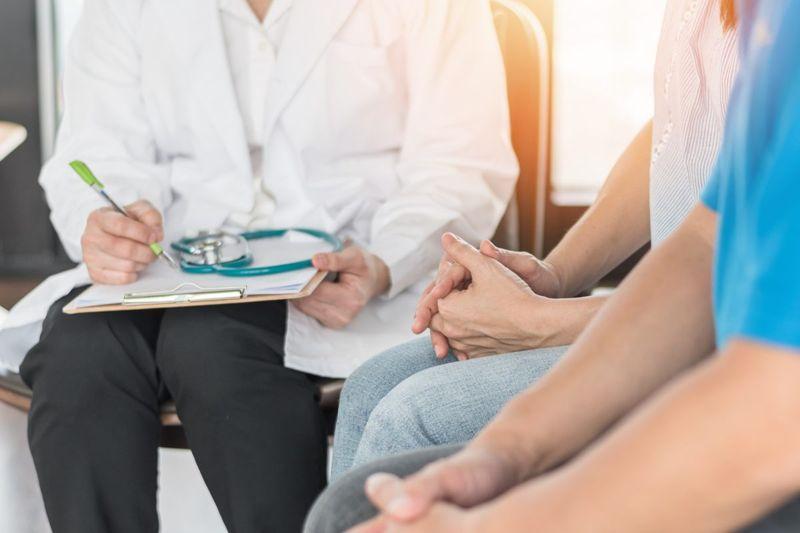 doctor couple consultation choosing