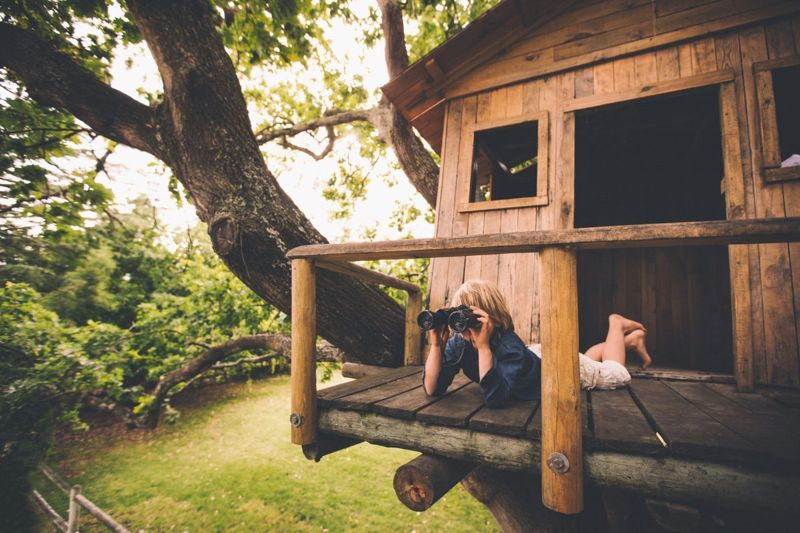 A simple treehouse and balcony design using timber logs.