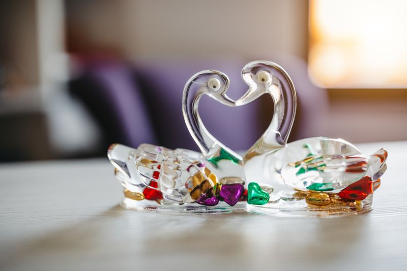 Swan figurine for decoration, kissing, love symbol