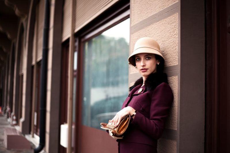 woman 1920s cloche hat