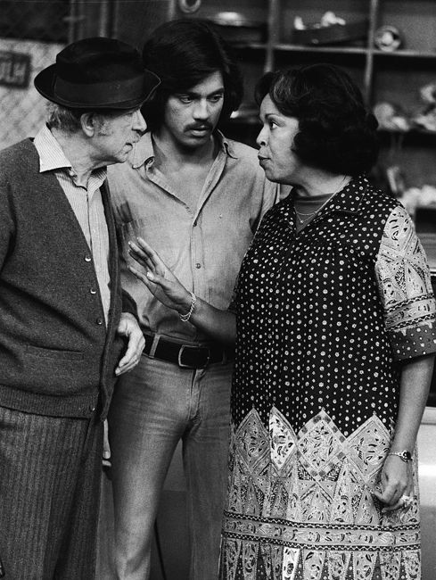 L-R: Actors Jack Albertson (1907 - 1981), Freddie Prinze (1954 - 1977) and Della Reese talk in a still from the television series, 'Chico And The Man,' circa 1975.