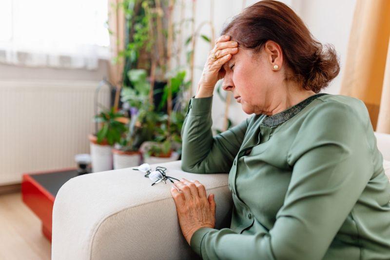 woman migraine head