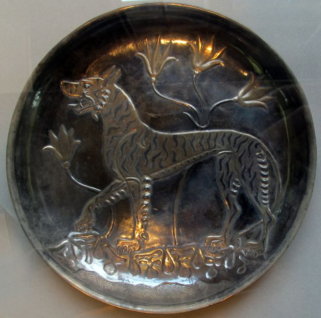Sogdiana, piatto con tigre, argento dorato e niellato, VII-VIII sec