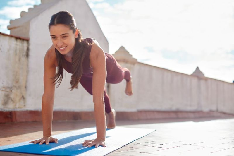 woman in plank pose lifting one foot oblique stabilizer