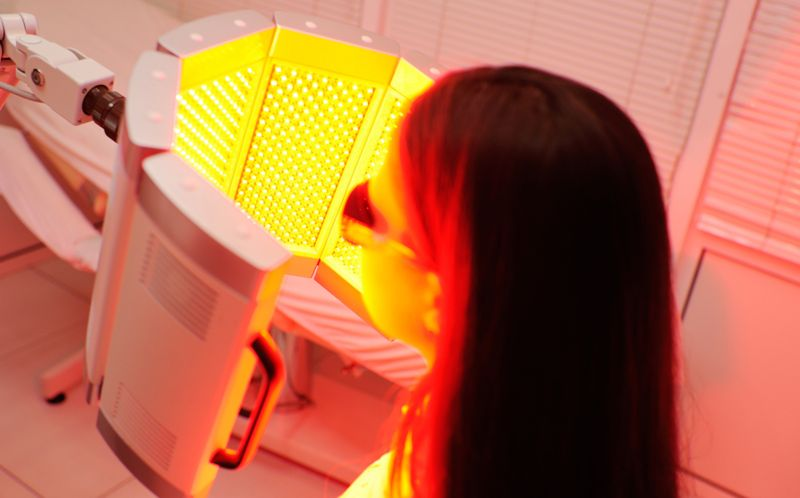 woman receiving red light therapy treatment