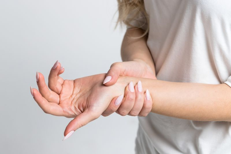 woman experiencing wrist pain