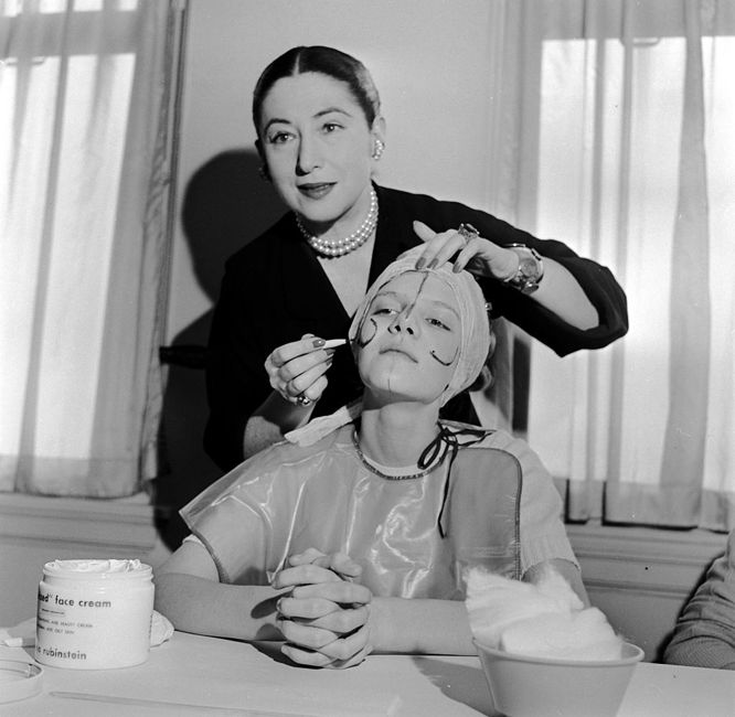 circa 1935: Beauty expert Helena Rubinstein illustrating the shape of the basic lines on the face so that make-up can be applied to flatter individual contours. (Photo by Orlando