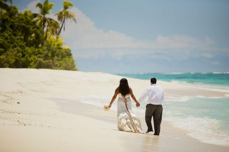 fiji beach couple