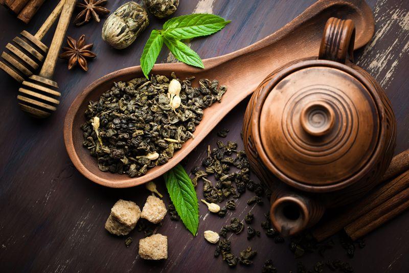 black tea leaves in wooden scoop