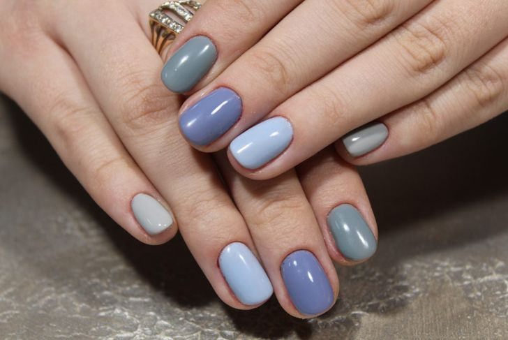 A gradient manicure in similar shades of blue