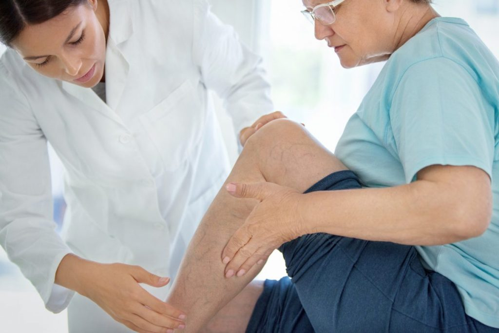 doctor patient leg diagnosis