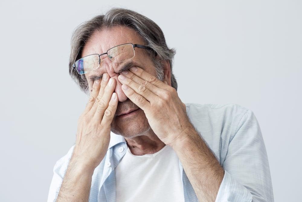 symptoms of inflamed iris