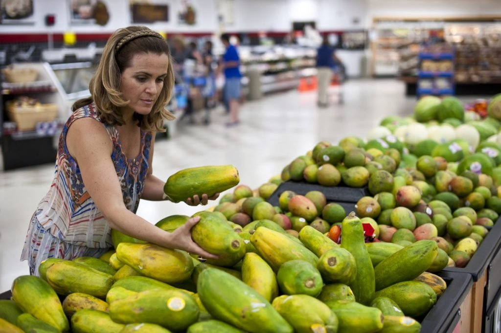 choosing ripe papaya