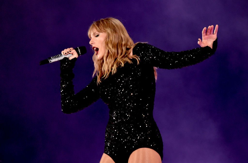 taylor swift hairstyle stage performance