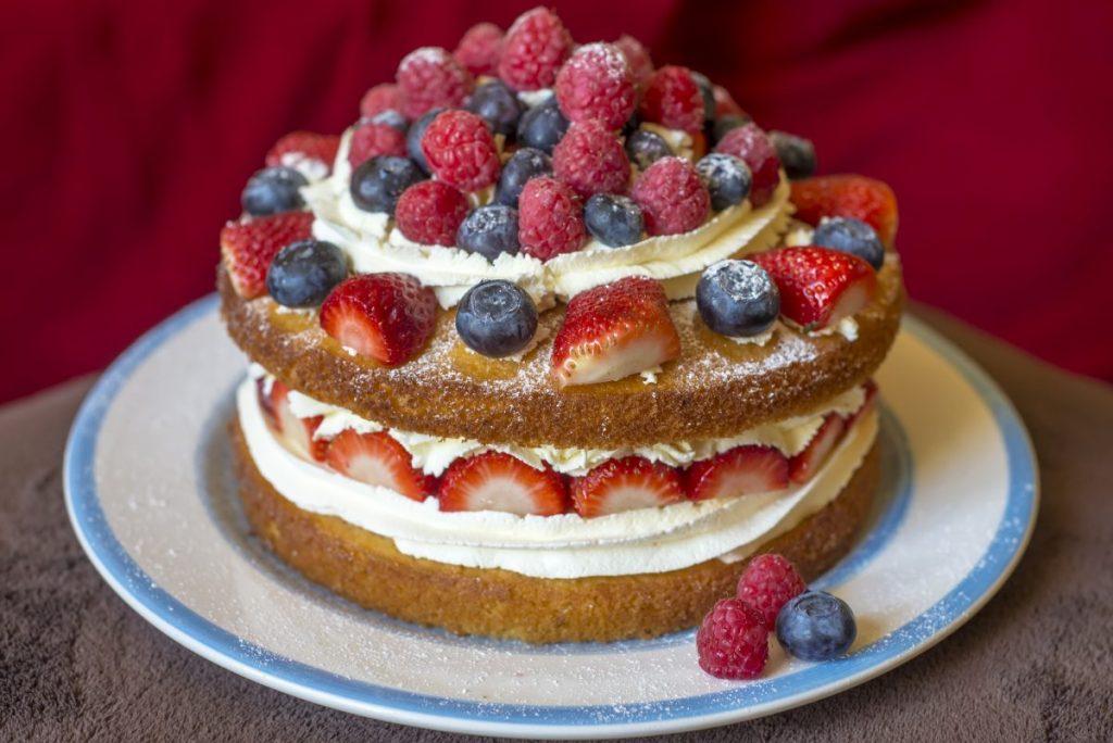 Sponge cake with cream