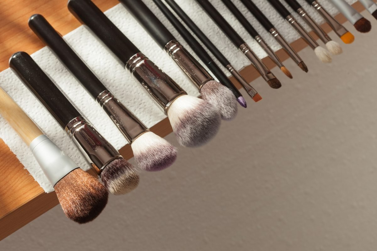Drying makeup brushes