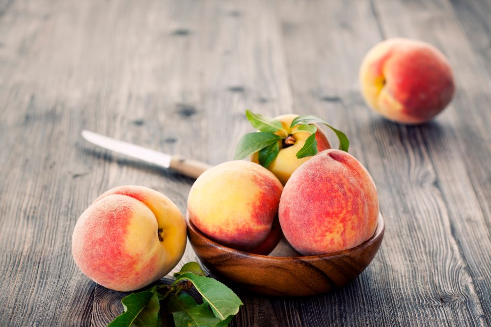 peaches are a keto-friendly fruit