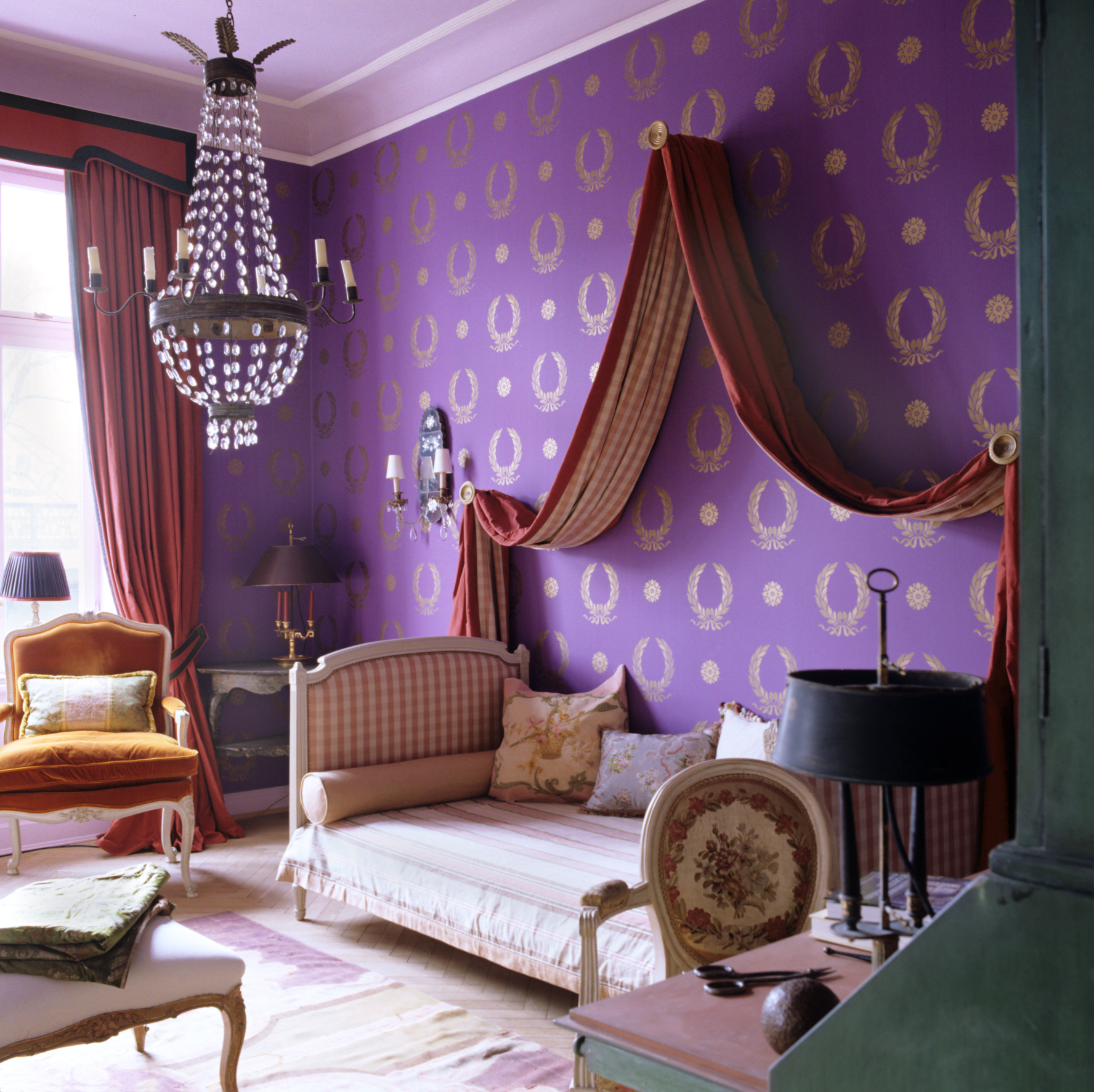1900s Hamburg apartment decorated with patterned wallpaper and 18th century furniture