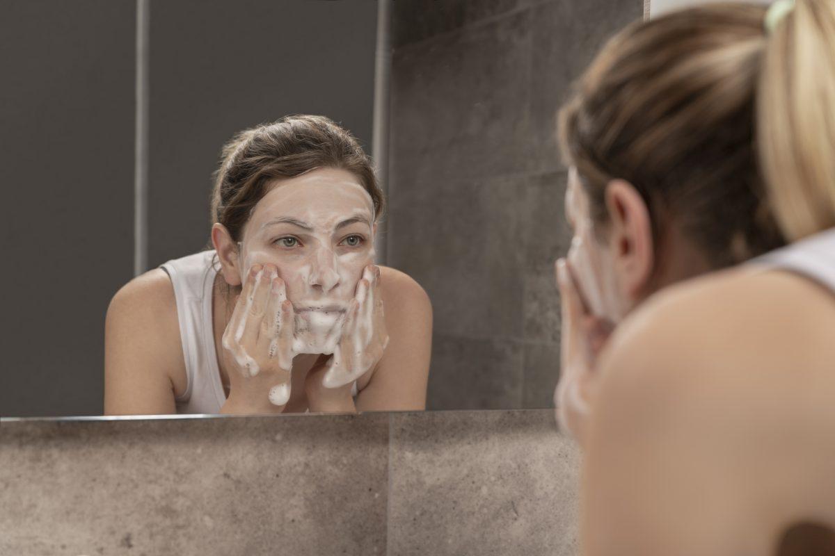 exfoliating woman mirror