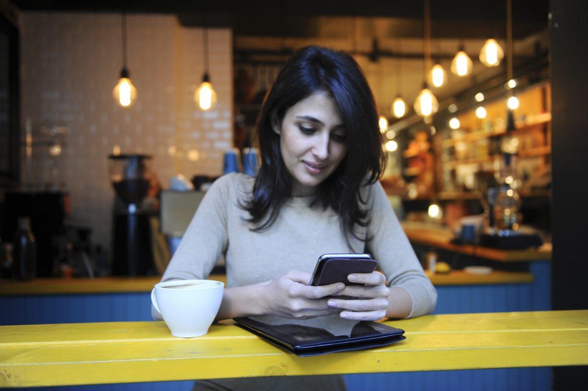 Woman sitting in a coffee shop.