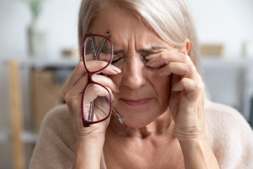 older woman rubbing her sore eyes
