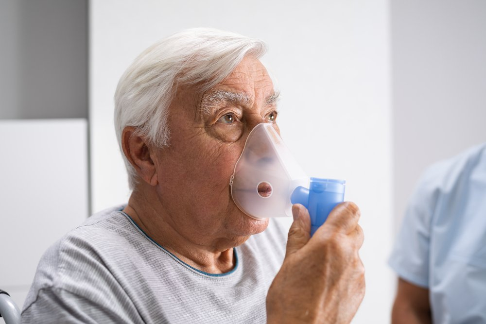 older man with COPD using a breathing apparatus