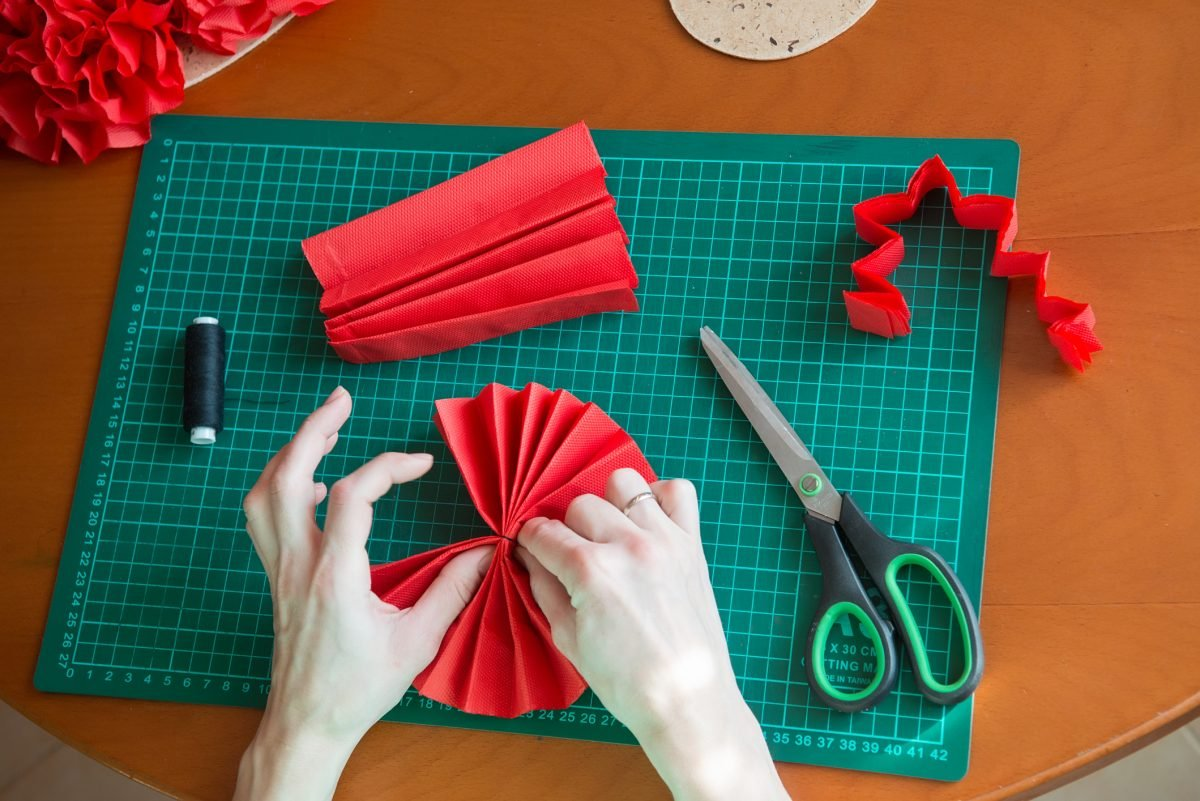 Tissue paper flowers making flowers